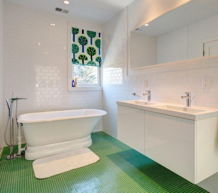 Виниловое покрытие с имитацией плитки-мозаики в ванной комнате