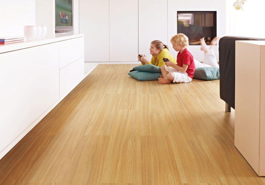 Верхний декоративный слой винилового покрытия может имитировать камень, дерево, плитку, ламинат или иметь любой другой рисунок