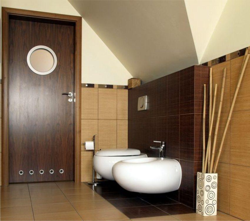 Для правильного воздухообмена в двери санузла устанавливают вентиляционные отверстия