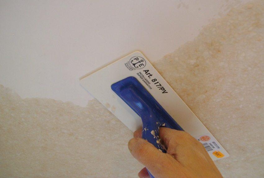 Нанесение жидких обоев на потолок с помощью специальной терки