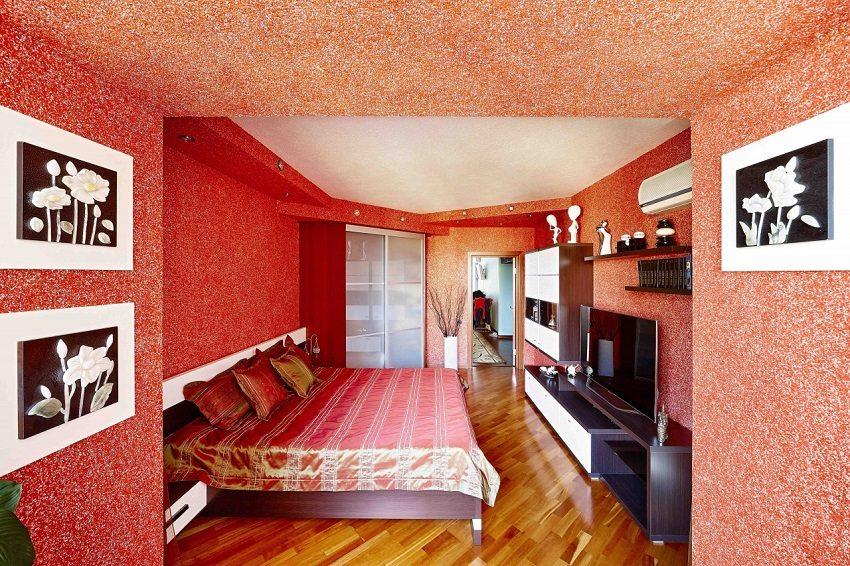 Ярко-красные жидкие обои в интерьере комнаты