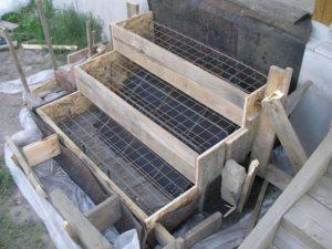 Обычно опалубка для крыльца из бетона выше основной конструкции на 30 cм