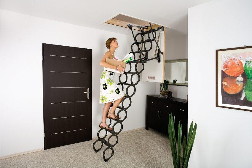 Металлическая выдвижная мансардная лестница