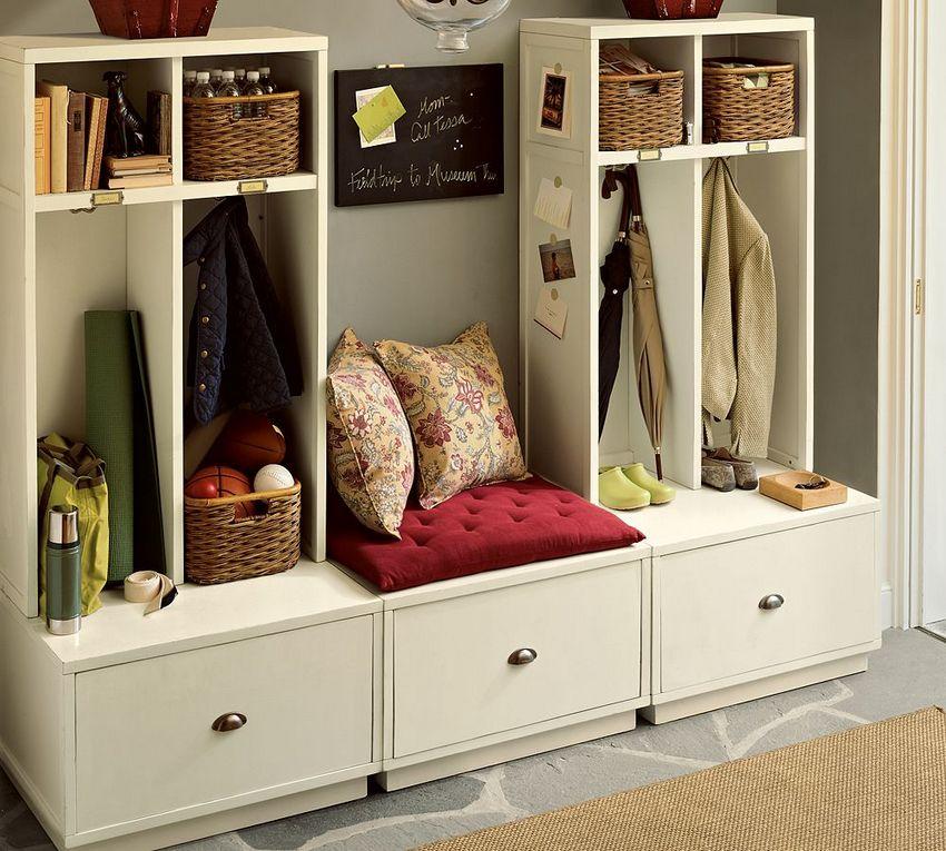 Мебель, сочетающая в своей конструкции открытые и закрытые секции, поможет обеспечивать в прихожей идеальный порядок