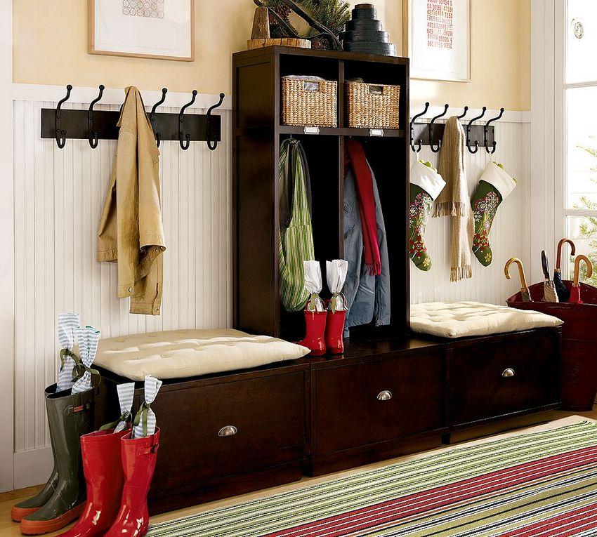 В качестве альтернативы громоздкому шкафу в маленькой прихожей используются крючки для одежды и компактный гарнитур