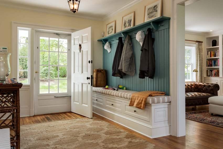 Интерьер прихожей гармонирует с общим дизайном дома