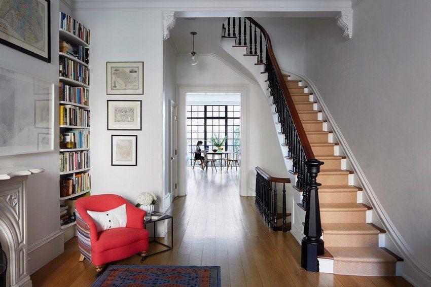 Сочетание светлых стен и деревянного пола в современном интерьере прихожей