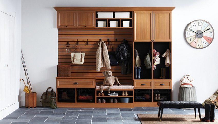 Монолитные конструкции, предназначенные для хранения одежды в прихожей, вместительны и чрезвычайно функциональны