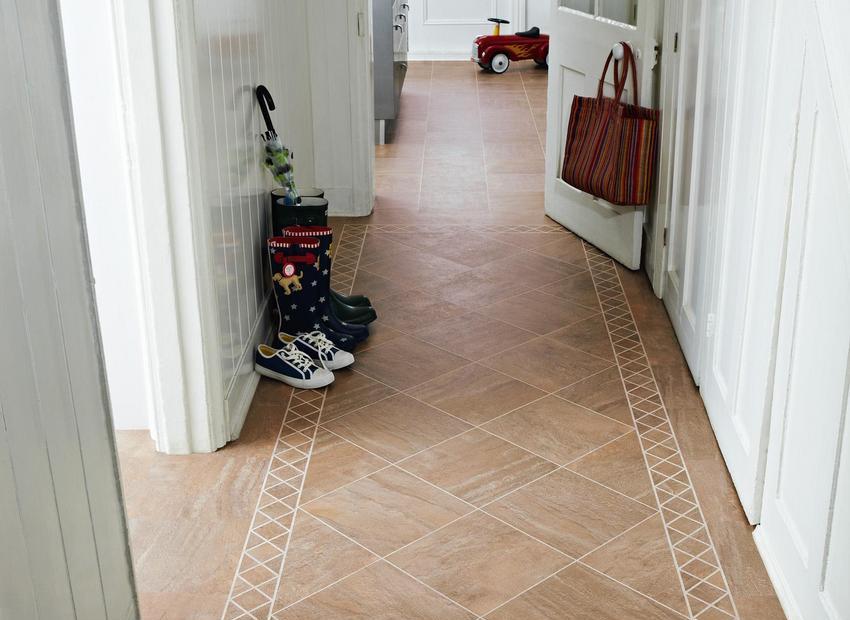 В качестве напольного покрытия в прихожей практичным решением будет использование плитки