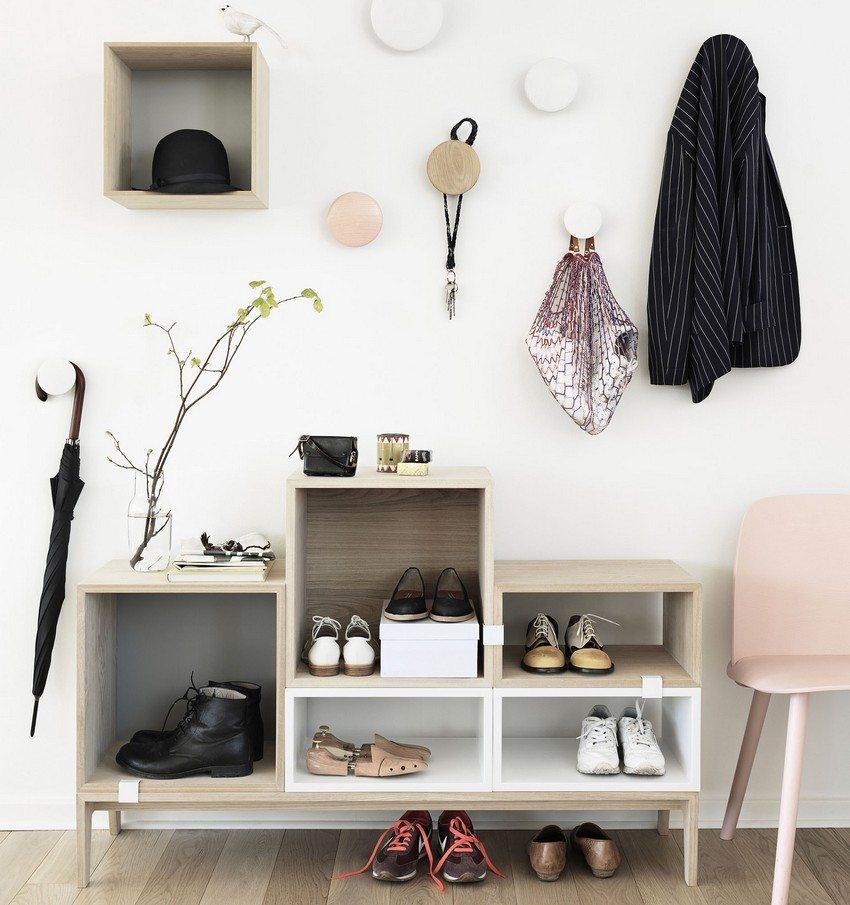 Вместо шкафа можно использовать необычные полки, тумбочки и крючки для одежды