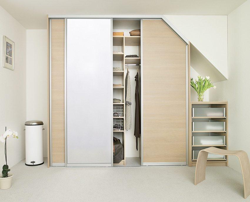 Шкаф с раздвигающимися дверцами в интерьере прихожей, оформленной в стиле минимализм