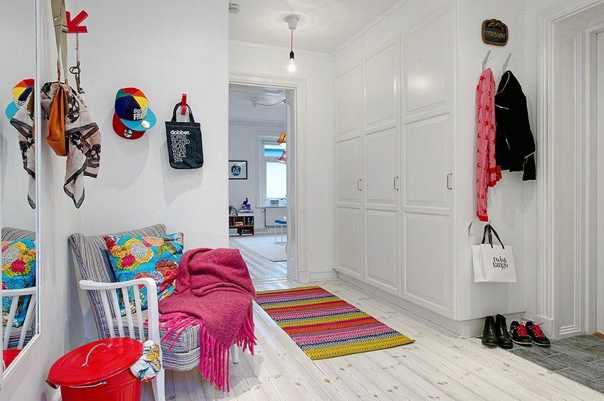 При оформлении интерьера прихожей лучше всего использовать светлые тона, что поможет визуально раздвинуть стены