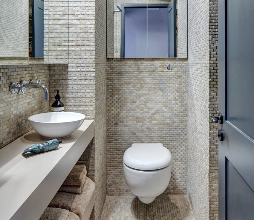 Пол и стены туалета оформлены плиткой из керамогранита