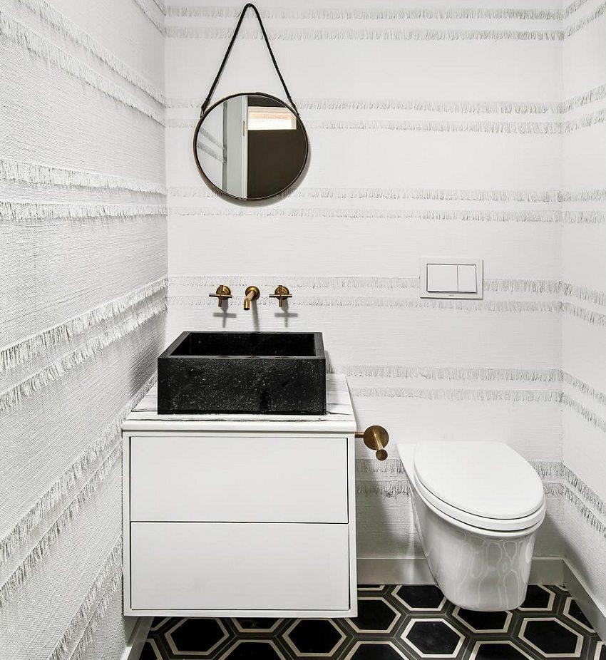 В оформлении туалета использованы водостойкие тканевые обои с тесьмой