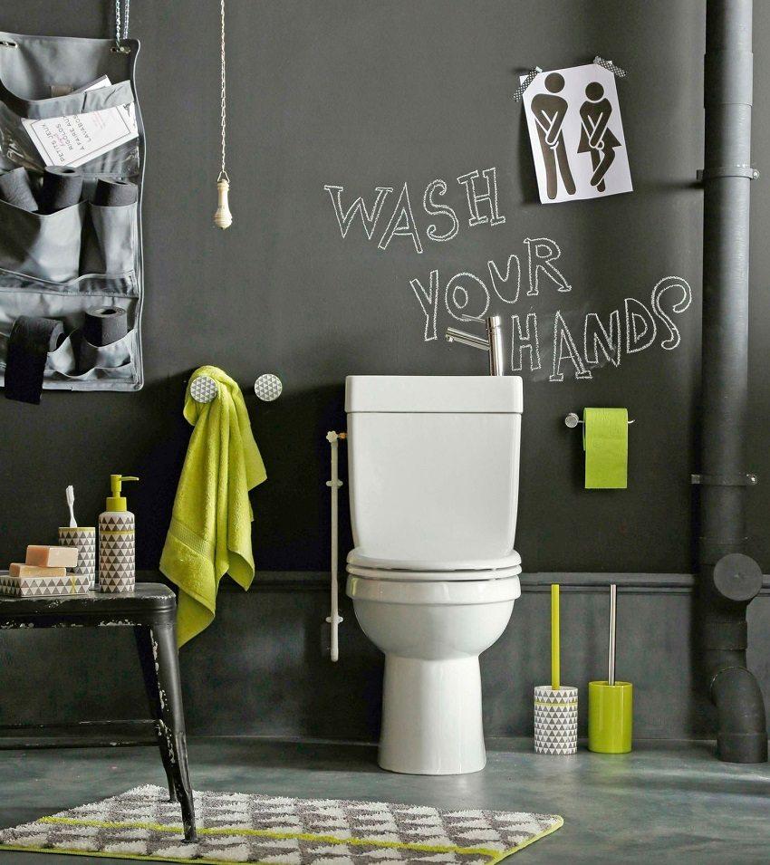 Стены туалета можно оформить надписями, сделанными собственноручно