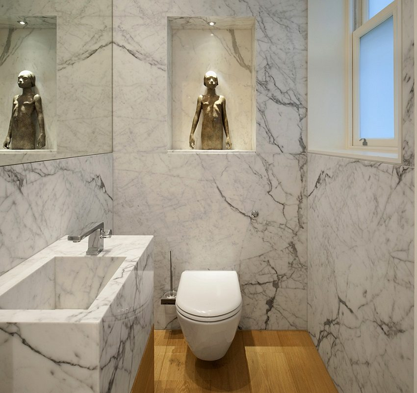 Стены и раковина в туалете из натурального камня