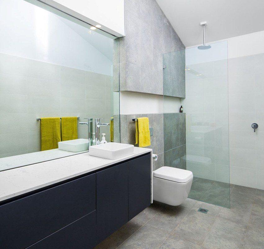 Зеркала и прозрачные перегородки визуально расширяют пространство ванной комнаты, совмещенной с туалетом