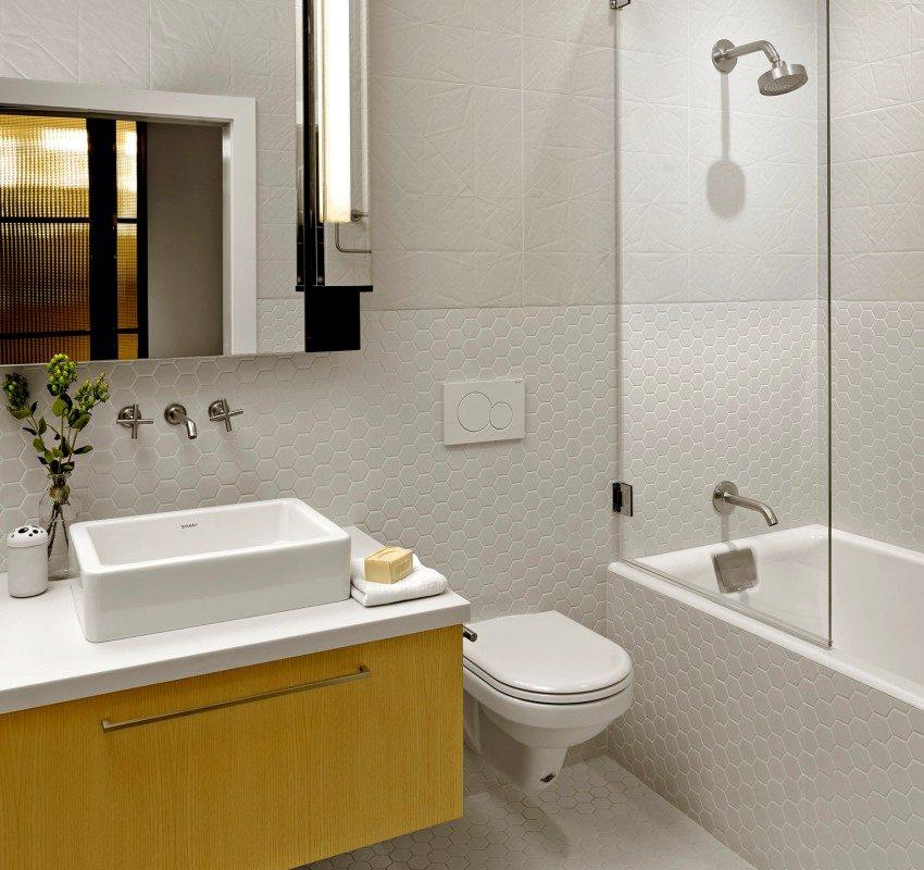 Для отделки ванной можно сочетать плитку разных форм и фактур