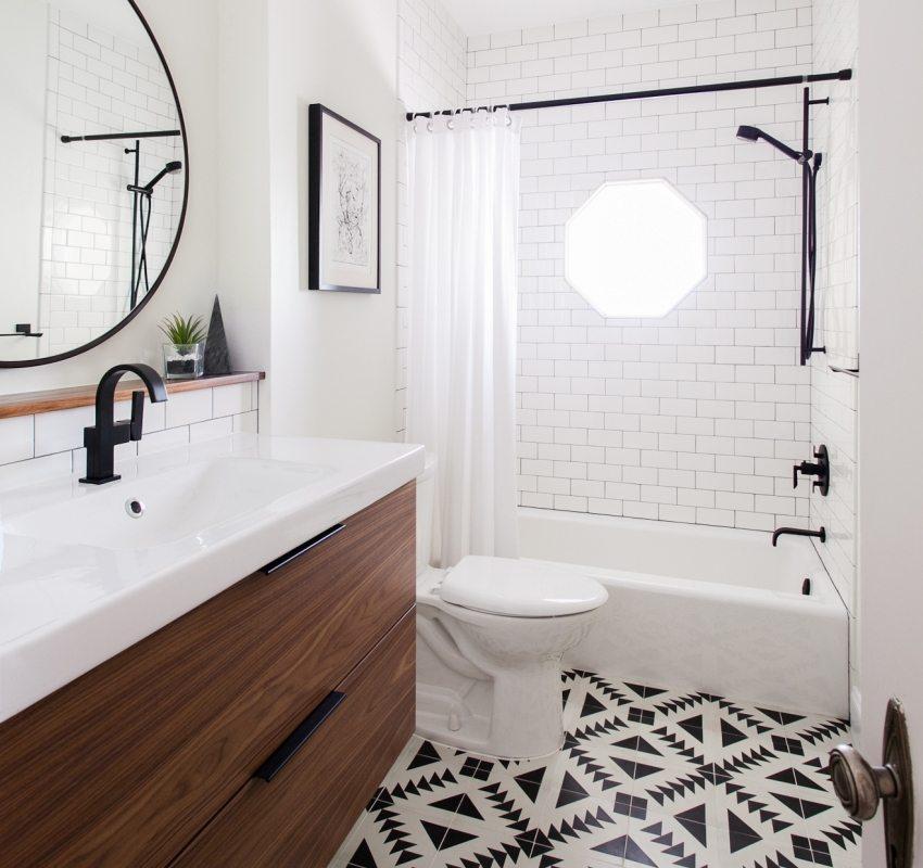 В небольшой комнате ванну лучше разместить напротив двери, а остальную сантехнику - вдоль боковой стены