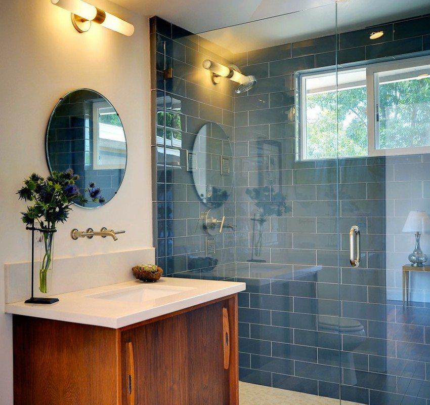 Душевая зона ванной оформлена контрастной плиткой, имитирующей кирпичную кладку