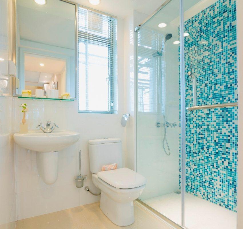 Душевая зона ванной комнаты выложена яркой плиткой-мозаикой