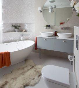 Плитка-мозаика в интерьере современной ванной, совмещенной с туалетом