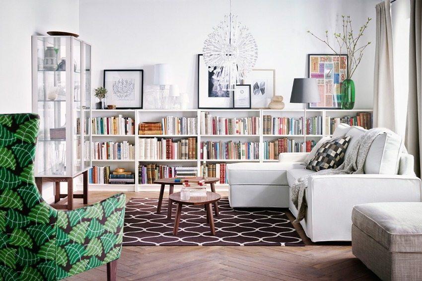 Удачное размещение книг домашней библиотеки в гостиной