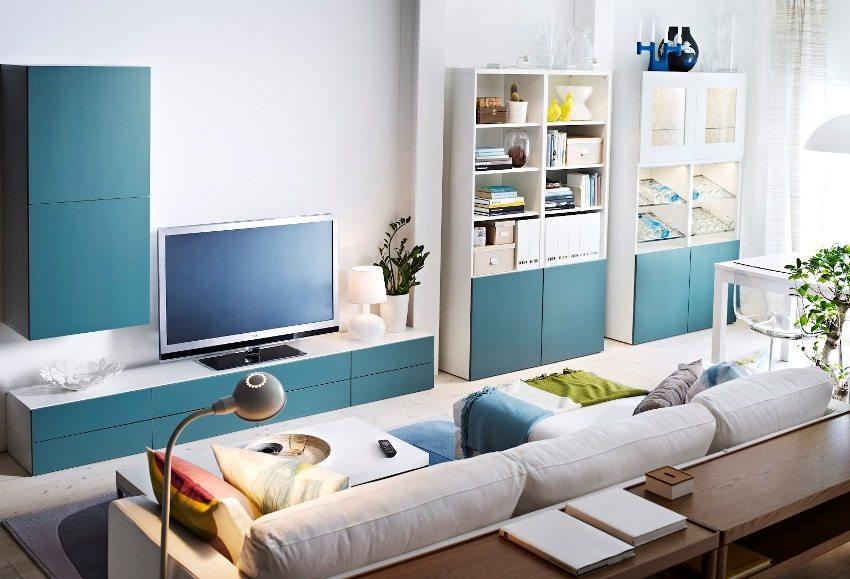 Функциональное расположение в узкой комнате мебели и техники