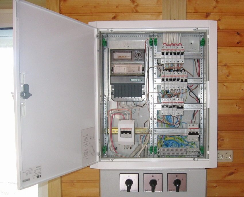 Обустройство электрического щита в деревянном доме