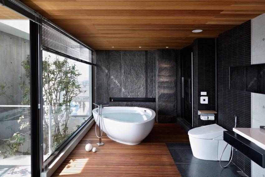 В ванной установлен унитаз с крышкой-биде и гигиеническим душем