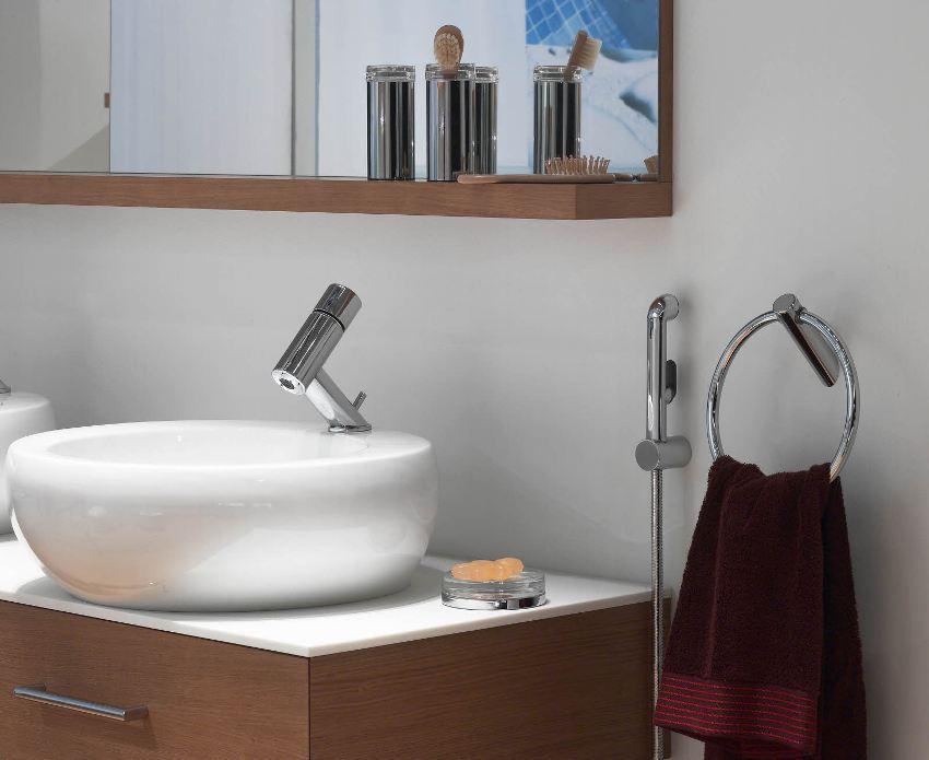 В ванной комнате установлен смеситель с гигиеническим душем
