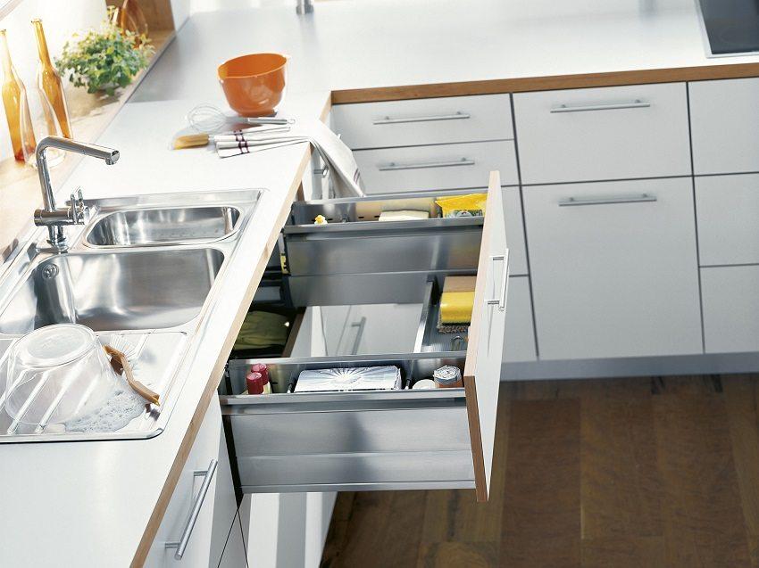 Функциональные выдвижные ящики с отверстием посередине оставляют пространство для оборудования мойки измельчителем пищевых отходов