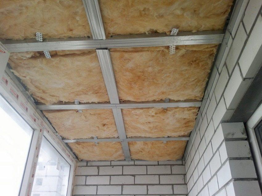 Утеплитель уложен в каркас потолка для последующей обшивки