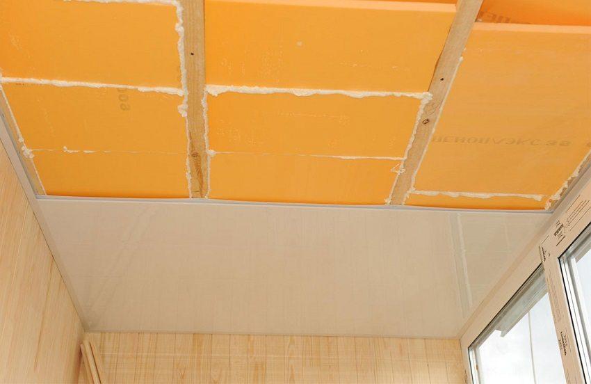 Для обшивки потолка можно использовать пластиковые панели