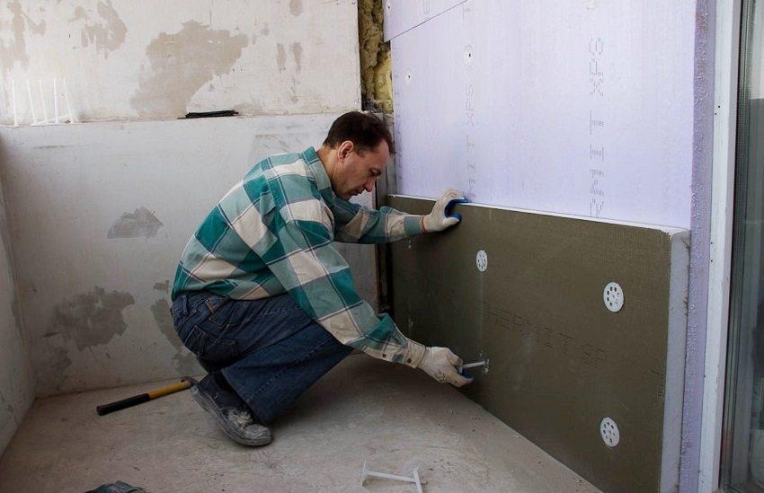 Листы утеплителя можно зафиксировать с помощью строительных дюбелей-грибков