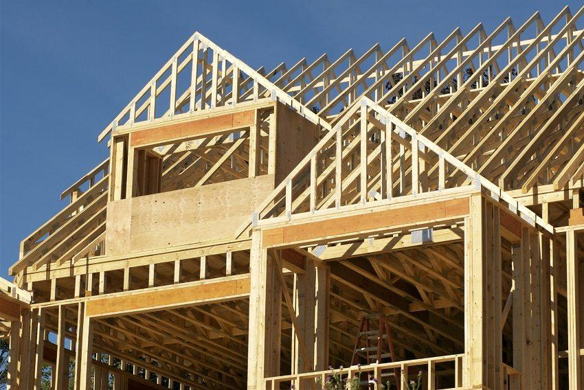 Надежная фиксация элементов каркаса обеспечит прочность всей конструкции дома