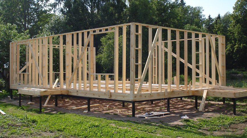 Обрешетка деревянного каркаса дома на свайном фундаменте