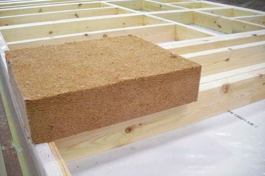 Обустройство потолка с использованием гидро- и пароизоляции, а также с применением минеральной ваты в качестве утеплителя и звукоизолятора