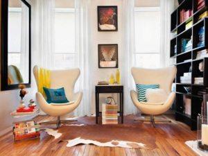 Яркий интерьер небольшой гостиной в квартире