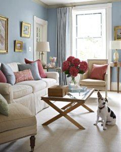 Правильный цвет стен и грамотный декор помогут зрительно раздвинуть стены в небольшой по площади гостиной