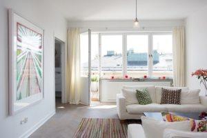 Белоснежные стены визуально увеличивают размеры гостиной