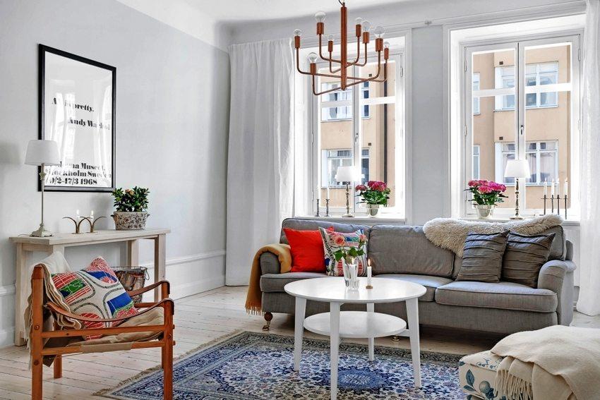 kvartiry-s-obychnym-remontom-foto-i-idei-remonta-zala-svoimi-rukami-8Различный текстильный декор всегда уместен в интерьере гостиной