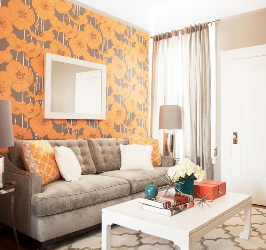 Обои в зале с ярким оранжевым рисунком