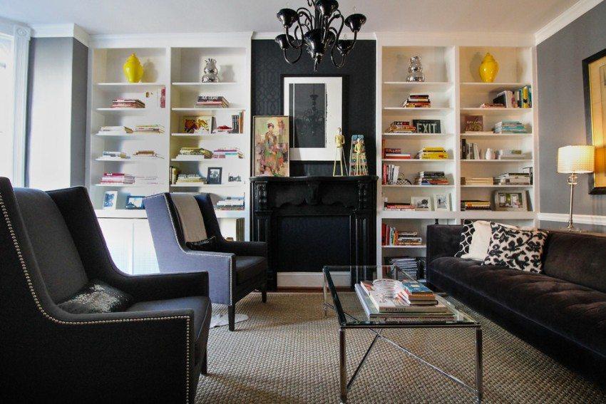 Декоративная вставка из черных обоев на стене в гостиной