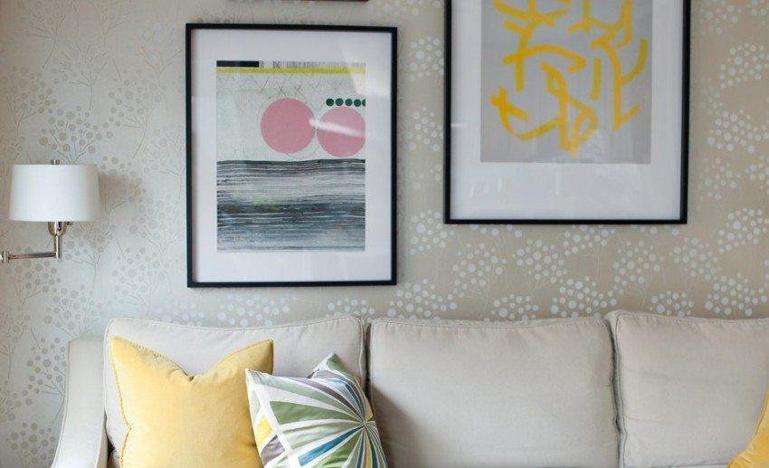 Обои и обивка дивана в гостиной подобраны в одной цветовой гамме