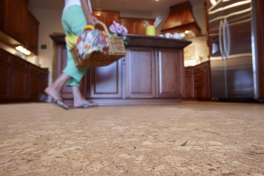По пробковому полу приятно ходить босиком