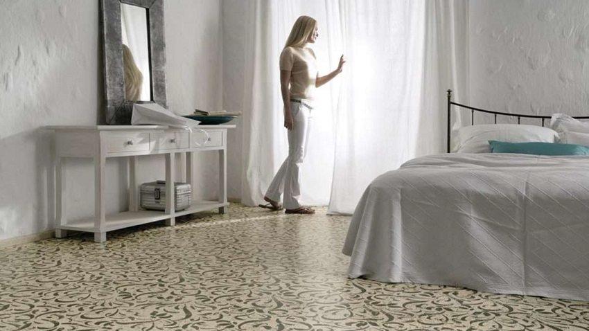Пробковое покрытие с рисунком в спальне