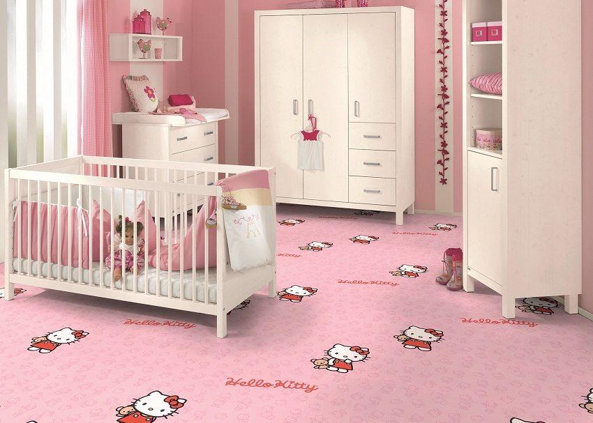 Яркий ковролин с рисунком в детской комнате