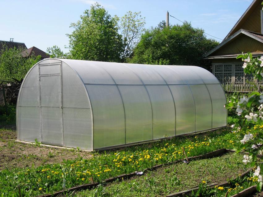 Чтобы конструкция теплицы из пластиковых труб была более надежной и служила не один сезон, рекомендуется для покрытия использовать листы поликарбоната