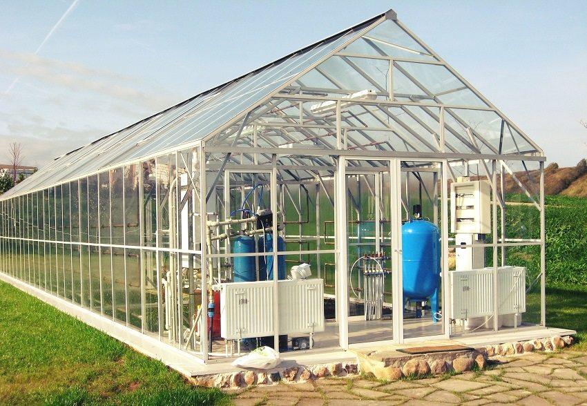 Для разработки проекта и установки водяного отопления теплицы лучше обратиться к специалистам